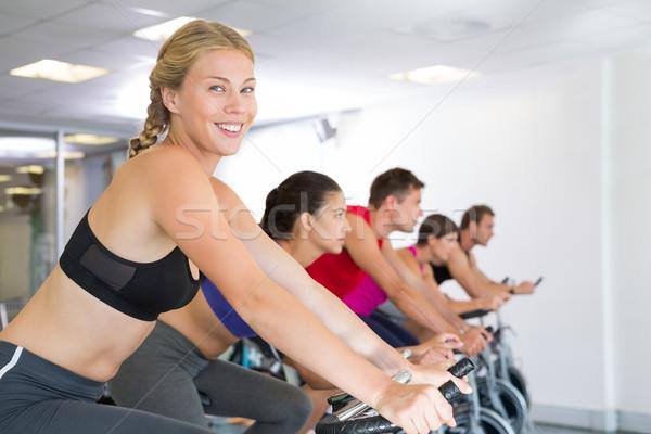 Lächelnd Kamera Spin Klasse Fitnessstudio Stock foto © wavebreak_media