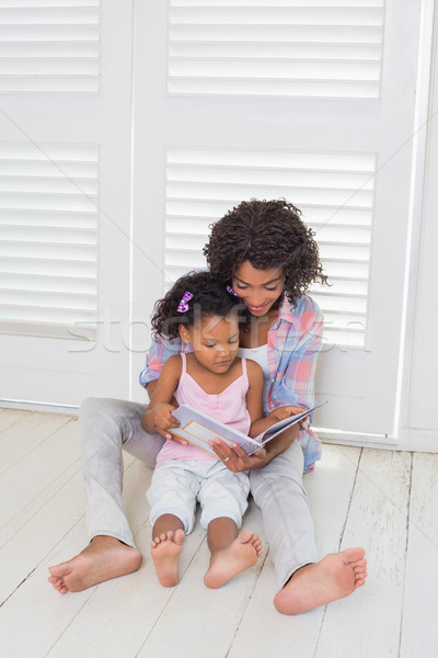 Moeder dochter vergadering vloer lezing verhalenboek Stockfoto © wavebreak_media