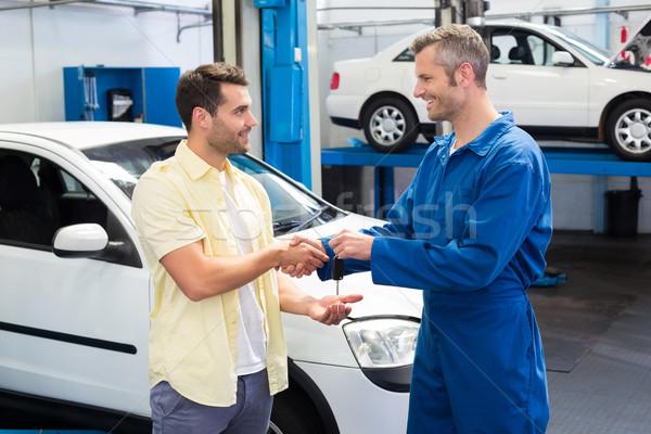 Cliente apretón de manos mecánico toma claves reparación Foto stock © wavebreak_media