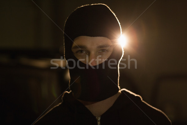 Criminal mirando cámara delincuencia masculina pie Foto stock © wavebreak_media