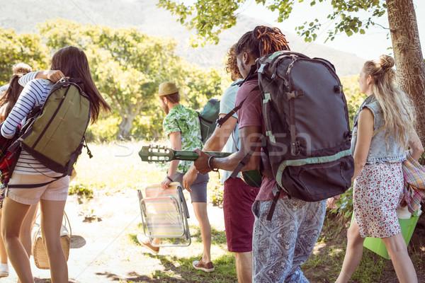 Fiatal barátok sétál táborhely zenei fesztivál férfi Stock fotó © wavebreak_media