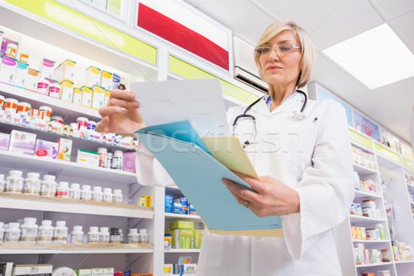 Concentrato medico lettura prescrizione farmacia donna Foto d'archivio © wavebreak_media