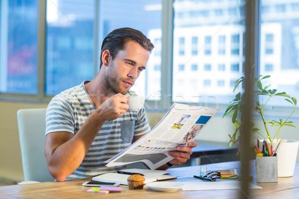 Gündelik işadamı içme kahve okuma dergi Stok fotoğraf © wavebreak_media
