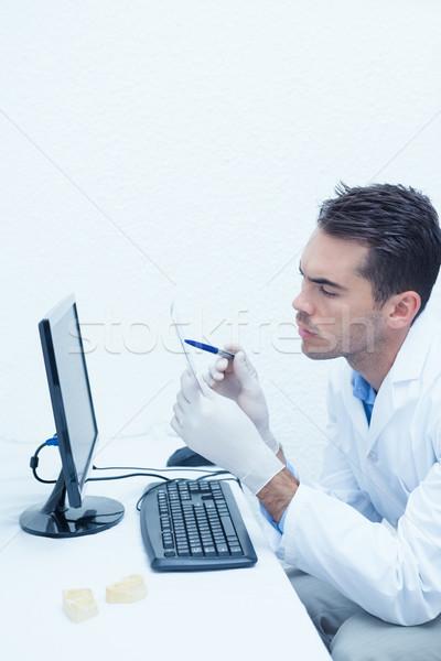 Dentista guardando Xray computer concentrato maschio Foto d'archivio © wavebreak_media