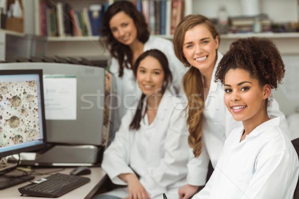 Tudomány diákok mosolyog kamera egyetem számítógép Stock fotó © wavebreak_media