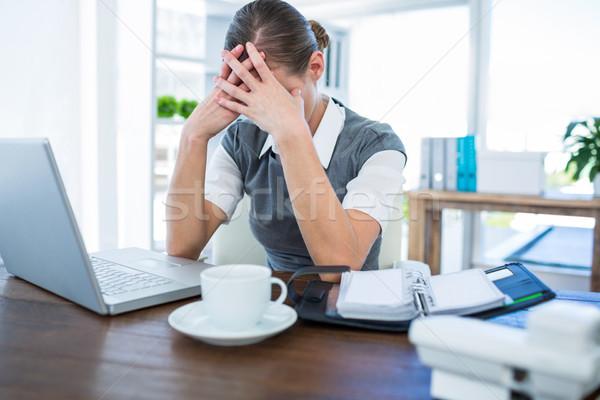 Deprimido mujer de negocios manos cabeza oficina ordenador Foto stock © wavebreak_media