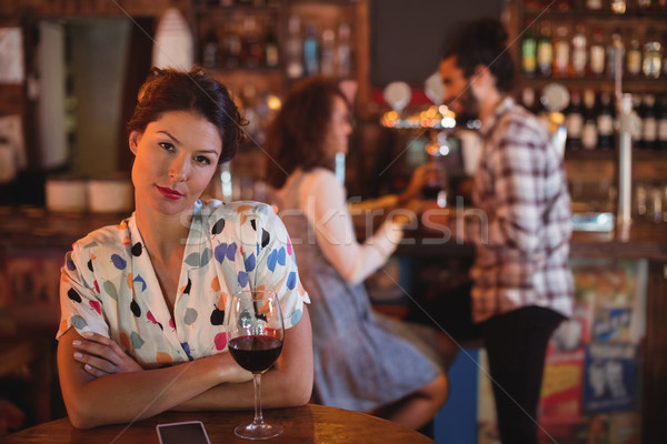Retrato mujer sonriente los brazos cruzados pub mujer bar Foto stock © wavebreak_media