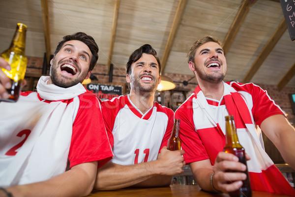 Alegre amigos cerveza botellas pub Foto stock © wavebreak_media