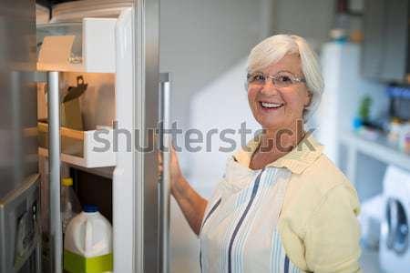 Portré mosolyog idős nő áll tengerparti kunyhó Stock fotó © wavebreak_media