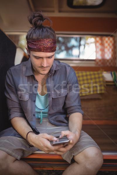 Człowiek telefonu posiedzenia van młodych mini Zdjęcia stock © wavebreak_media