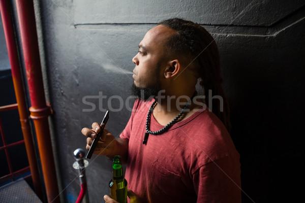 Férfi dohányzás elektronikus cigaretta bejárat bár Stock fotó © wavebreak_media