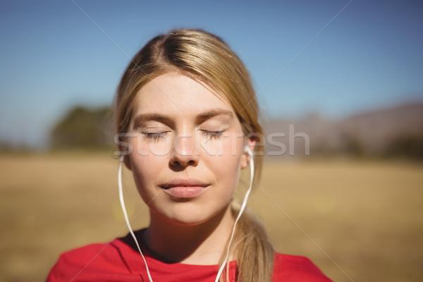 S'adapter femme écouter musique casque Photo stock © wavebreak_media