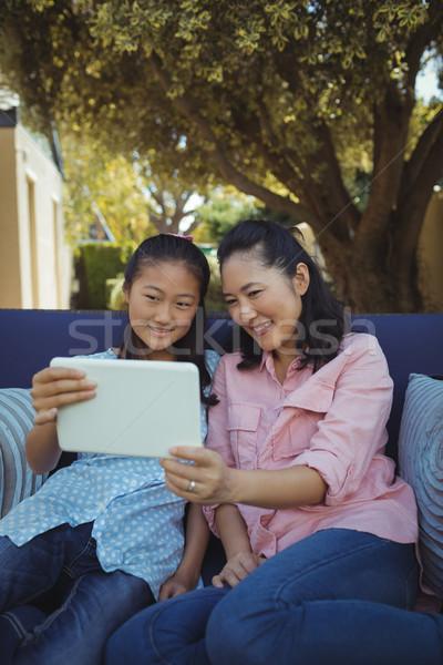 ストックフォト: 母親 · 娘 · リラックス · ソファ · デジタル · タブレット