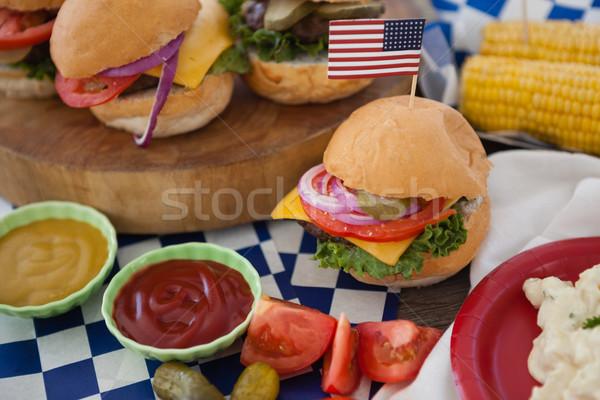 Hamburger odznaczony banderą pomidorów wzór Zdjęcia stock © wavebreak_media
