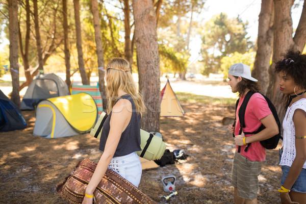 Amigos olhando tenda campo árvore Foto stock © wavebreak_media