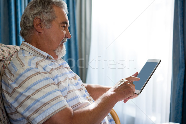Widok z boku starszy człowiek cyfrowe tabletka posiedzenia Zdjęcia stock © wavebreak_media