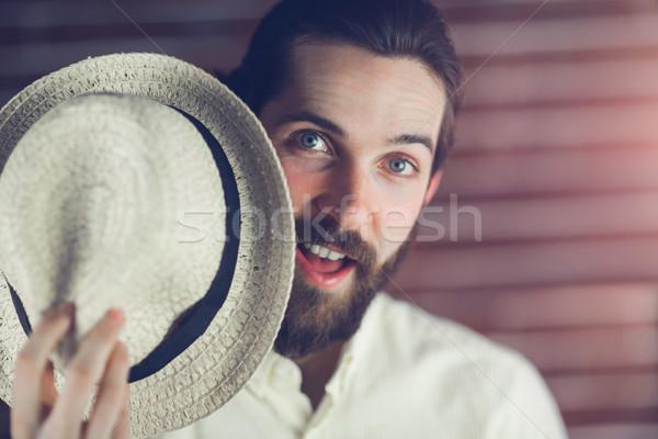 Sorpreso uomo Hat muro tempo libero Foto d'archivio © wavebreak_media