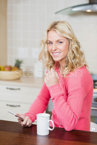 Mujer hermosa escuchar música cocina mujer teléfono café Foto stock © wavebreak_media