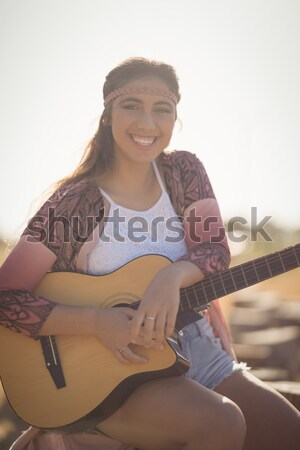 Kobieta gry gitara samochodu szczęśliwy Zdjęcia stock © wavebreak_media