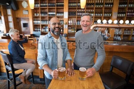 Amigos assistindo futebol combinar cerveja restaurante Foto stock © wavebreak_media