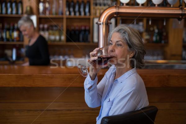 Senior vrouw glas rode wijn counter restaurant Stockfoto © wavebreak_media