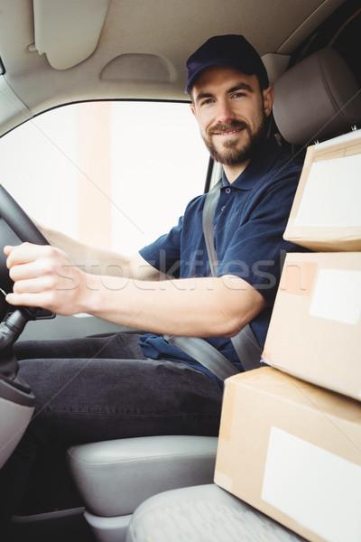 Mensajero conducción van paquetes frente asiento Foto stock © wavebreak_media