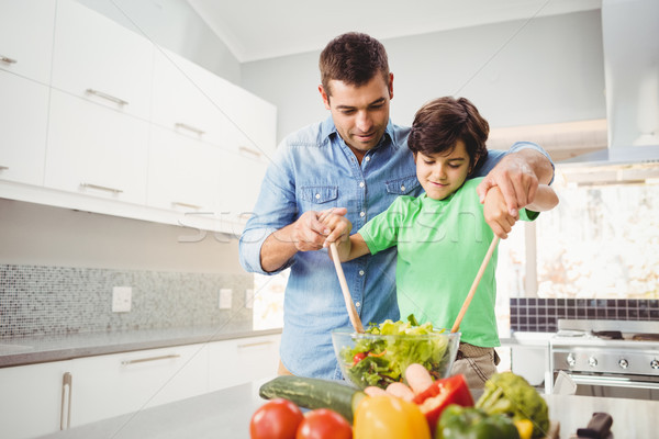 Alegre filho pai salada casa casa comida Foto stock © wavebreak_media