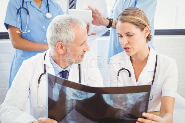 2 医師 調べる X線 レポート 病院 ストックフォト © wavebreak_media