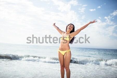 женщину Бикини Постоянный оружия морем берега Сток-фото © wavebreak_media