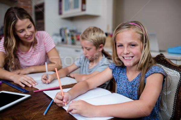 Madre ayudar ninos deberes casa mujer Foto stock © wavebreak_media