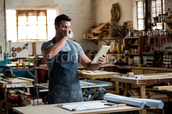 Marangoz tablet içme kahve tozlu atölye Stok fotoğraf © wavebreak_media