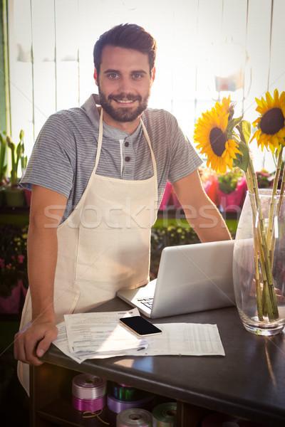 Homme fleuriste portable document portrait Photo stock © wavebreak_media