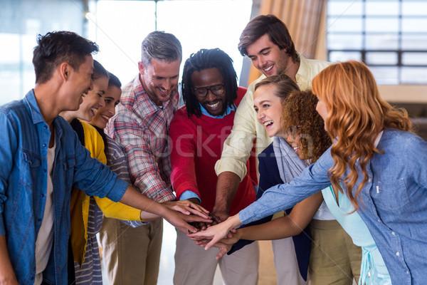Szczęśliwy koledzy w górę ręce młodych twórczej Zdjęcia stock © wavebreak_media