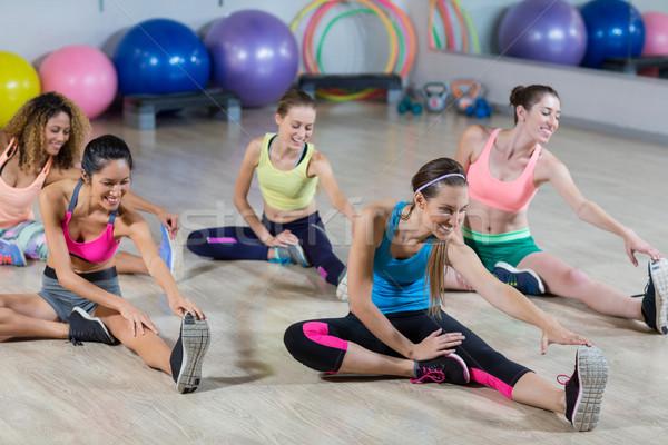 Csoport fitnessz csapat előad nyújtás testmozgás Stock fotó © wavebreak_media