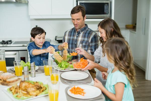 Glimlachend familie lunch samen eettafel home Stockfoto © wavebreak_media