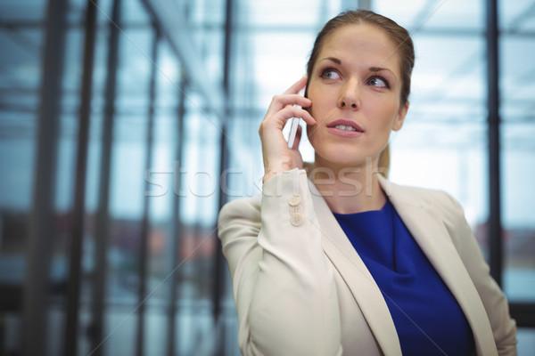 деловая женщина говорить мобильного телефона служба женщину костюм Сток-фото © wavebreak_media
