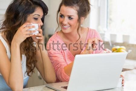 Jóvenes mujer de negocios silencio colega nota Foto stock © wavebreak_media