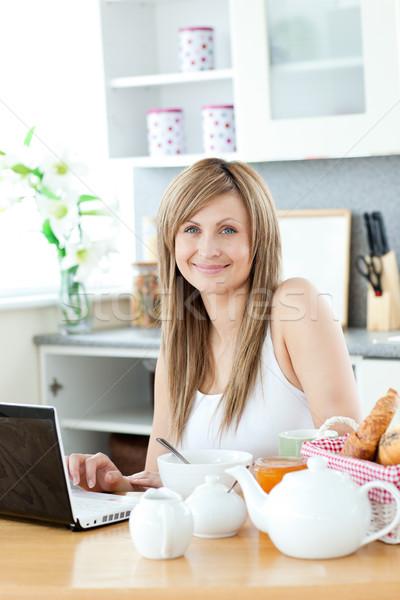 Sorrindo café da manhã laptop olhando câmera cozinha Foto stock © wavebreak_media