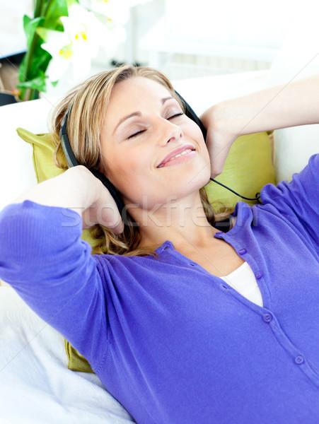 Kaukasisch vrouw luisteren naar muziek hoofdtelefoon sofa Stockfoto © wavebreak_media