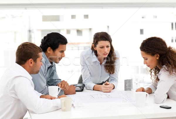Vier charismatische naar plannen samen rond Stockfoto © wavebreak_media