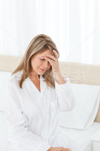 Femme maux de tête lit médecine douleur Homme Photo stock © wavebreak_media