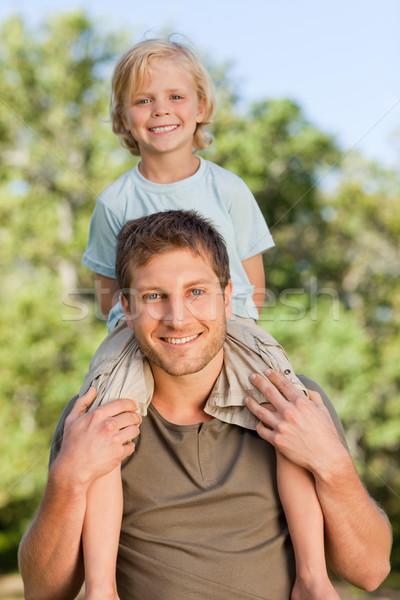 Vader zoon op de rug glimlach liefde landschap Stockfoto © wavebreak_media