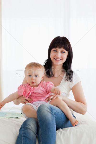 детям первого младенец сидит на коленках