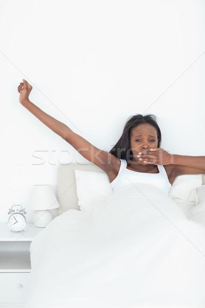 Portret vrouw armen slaapkamer Stockfoto © wavebreak_media