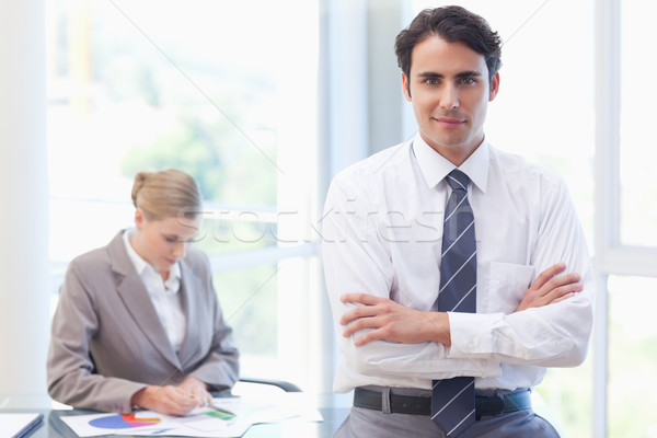 Fiatal üzletember pózol kolléga dolgozik tárgyalóterem Stock fotó © wavebreak_media