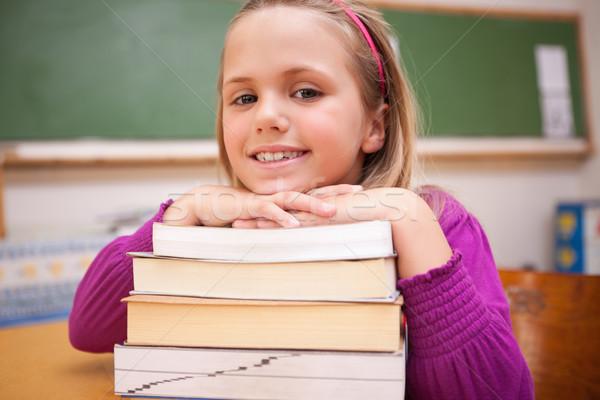 Feliz aluna posando livros sala de aula Foto stock © wavebreak_media