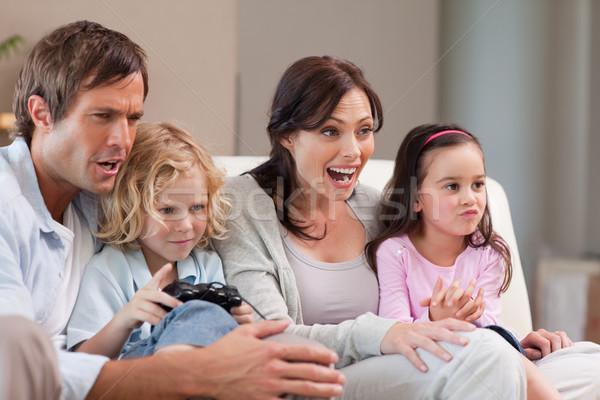 Vrolijk familie spelen video games samen woonkamer Stockfoto © wavebreak_media