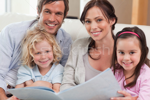Famille regarder salon livre Photo stock © wavebreak_media