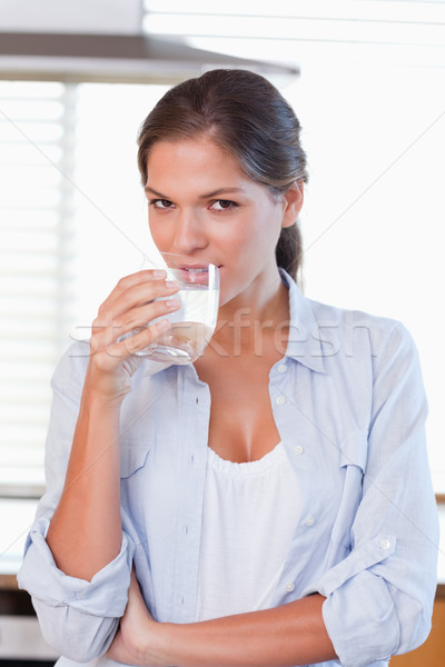 Portret młoda kobieta wody kuchnia uśmiech Zdjęcia stock © wavebreak_media