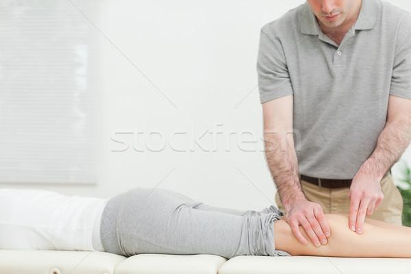 Donna inoltrare gamba stanza mano Foto d'archivio © wavebreak_media